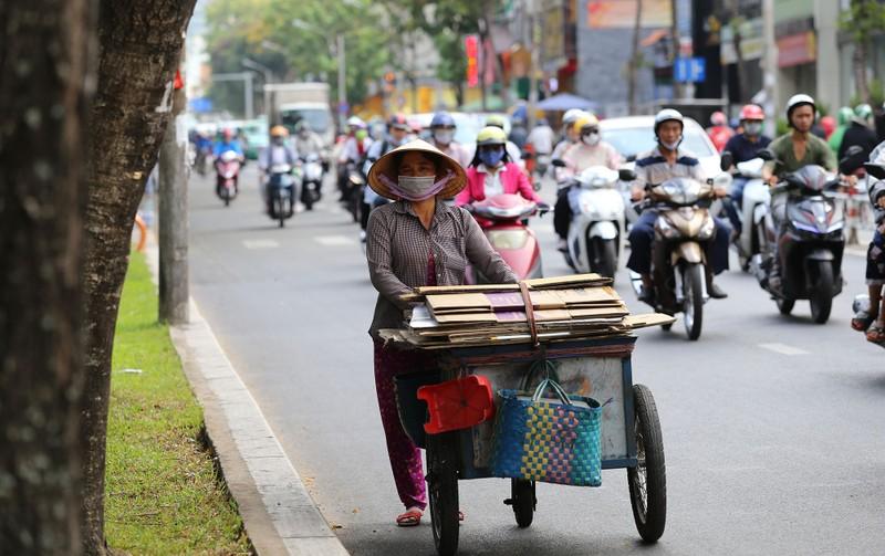 Người dân vật vã dưới trời nóng như đổ lửa ở Sài Gòn - ảnh 9