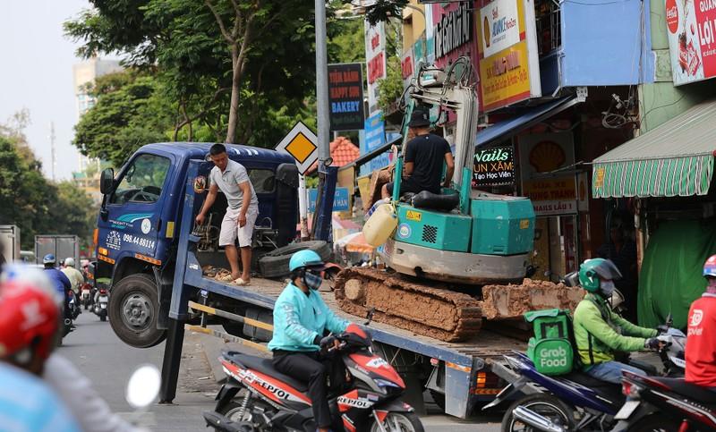 Người dân vật vã dưới trời nóng như đổ lửa ở Sài Gòn - ảnh 10