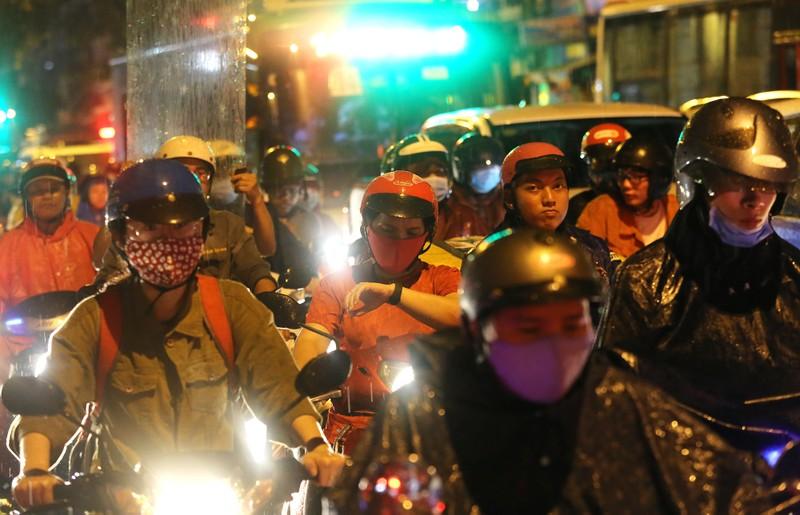 Hàng ngàn phương tiện 'chôn chân' trên đường sau cơn mưa lớn - ảnh 7