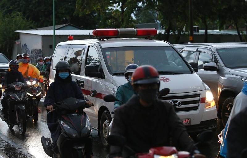 Hàng ngàn phương tiện 'chôn chân' trên đường sau cơn mưa lớn - ảnh 9