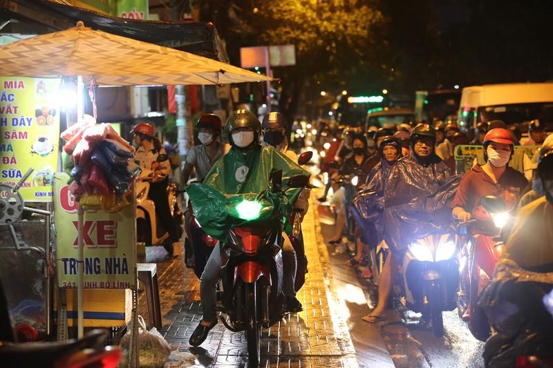 Hàng ngàn phương tiện 'chôn chân' trên đường sau cơn mưa lớn - ảnh 10