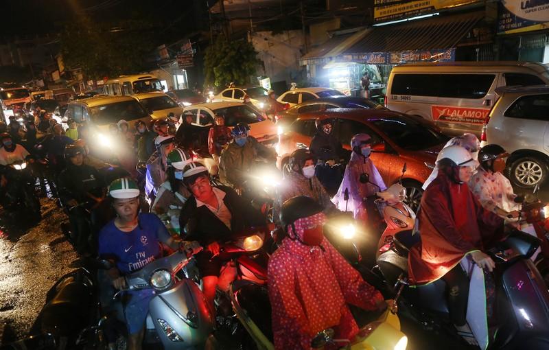 Hàng ngàn phương tiện 'chôn chân' trên đường sau cơn mưa lớn - ảnh 11