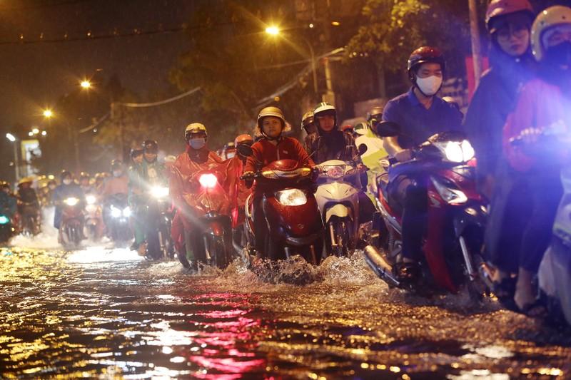 Hàng ngàn phương tiện 'chôn chân' trên đường sau cơn mưa lớn - ảnh 15