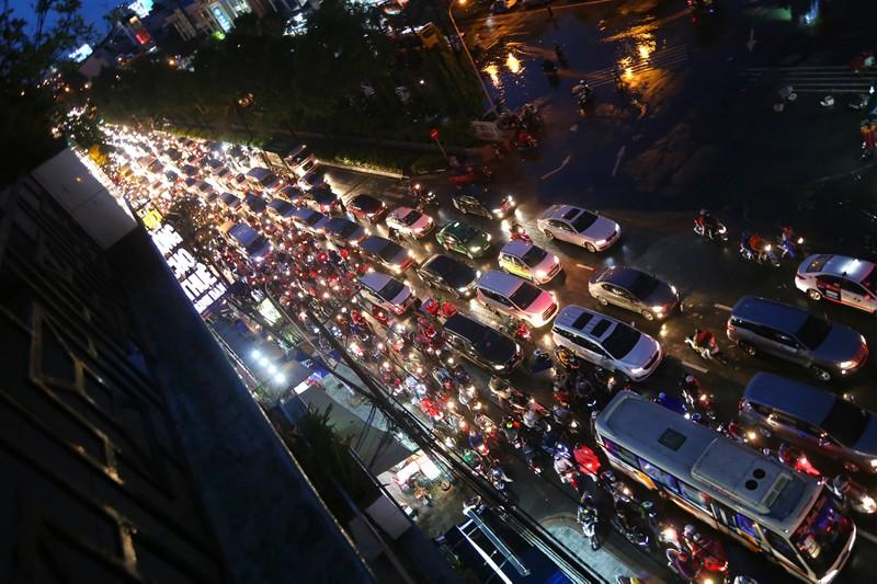 Hàng ngàn phương tiện 'chôn chân' trên đường sau cơn mưa lớn - ảnh 1