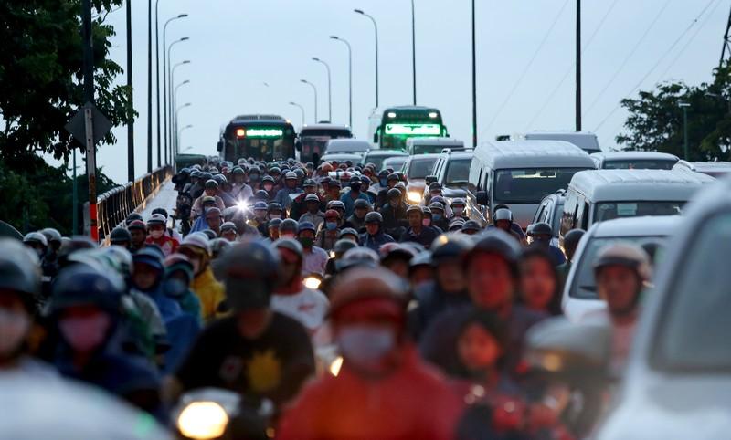 Hàng ngàn phương tiện 'chôn chân' trên đường sau cơn mưa lớn - ảnh 2