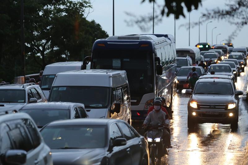 Hàng ngàn phương tiện 'chôn chân' trên đường sau cơn mưa lớn - ảnh 3