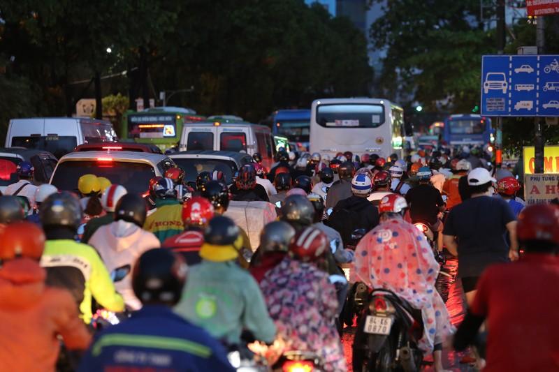 Hàng ngàn phương tiện 'chôn chân' trên đường sau cơn mưa lớn - ảnh 4