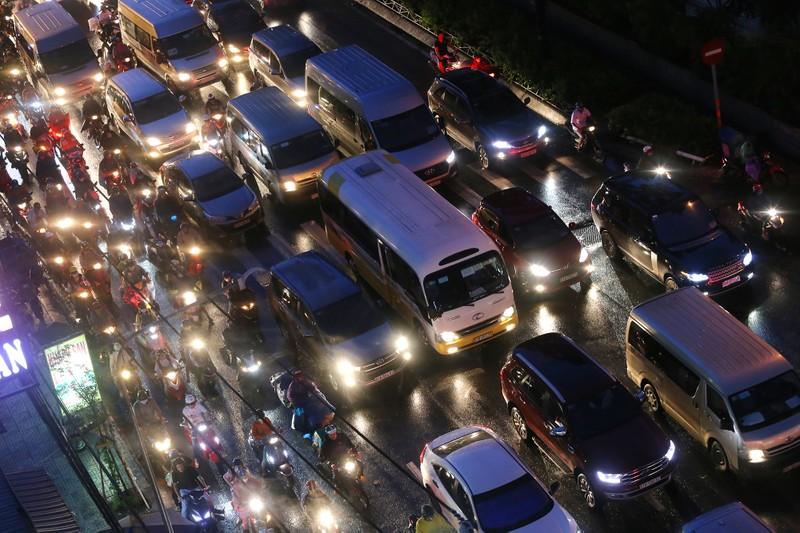 Hàng ngàn phương tiện 'chôn chân' trên đường sau cơn mưa lớn - ảnh 5