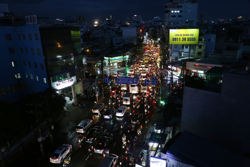 Hàng ngàn phương tiện 'chôn chân' trên đường sau cơn mưa lớn - ảnh 6