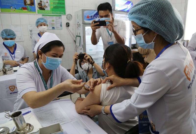 Những hình ảnh tiêm vaccine COVID-19 đầu tiên tại TP.HCM - ảnh 10