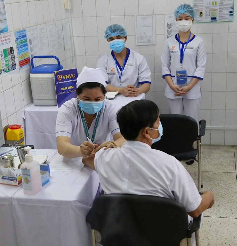 Những hình ảnh tiêm vaccine COVID-19 đầu tiên tại TP.HCM - ảnh 12