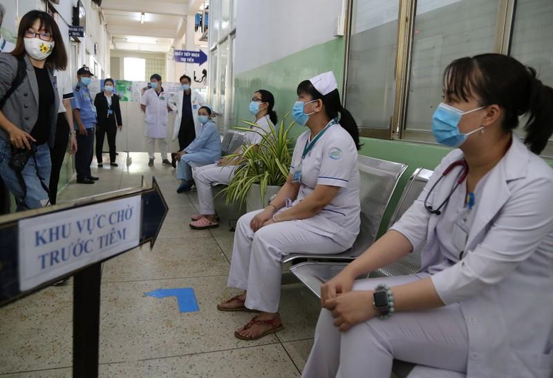 Những hình ảnh tiêm vaccine COVID-19 đầu tiên tại TP.HCM - ảnh 4