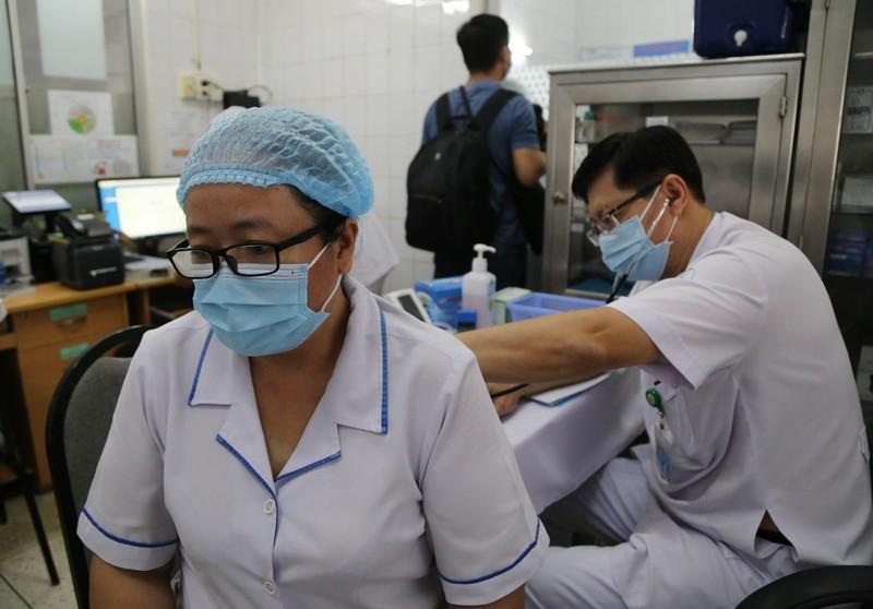 Những hình ảnh tiêm vaccine COVID-19 đầu tiên tại TP.HCM - ảnh 5