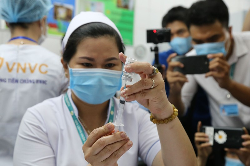 Những hình ảnh tiêm vaccine COVID-19 đầu tiên tại TP.HCM - ảnh 9
