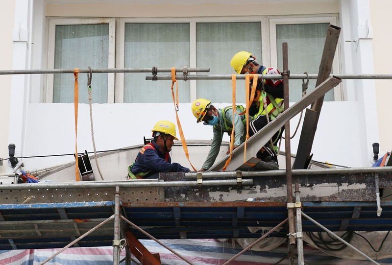 60 công nhân làm ngày đêm trả mặt bằng đường Lê Lợi trước 30-4 - ảnh 10