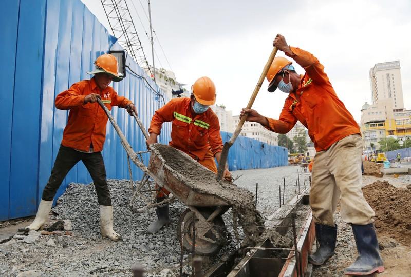 60 công nhân làm ngày đêm trả mặt bằng đường Lê Lợi trước 30-4 - ảnh 3