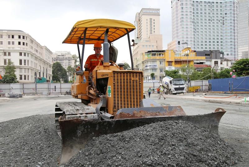 60 công nhân làm ngày đêm trả mặt bằng đường Lê Lợi trước 30-4 - ảnh 4