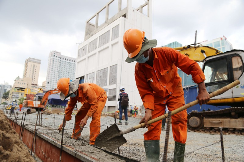 60 công nhân làm ngày đêm trả mặt bằng đường Lê Lợi trước 30-4 - ảnh 7