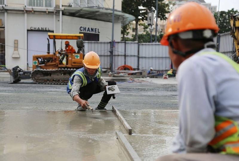 60 công nhân làm ngày đêm trả mặt bằng đường Lê Lợi trước 30-4 - ảnh 9