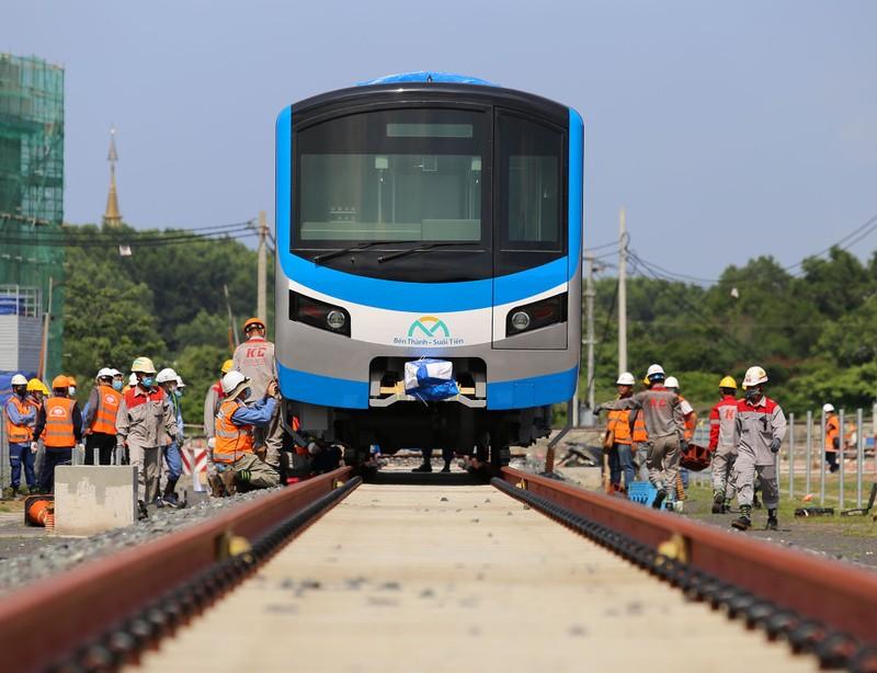 Đội nắng lắp đặt tàu metro lên đường ray tại depot Long Bình - ảnh 10