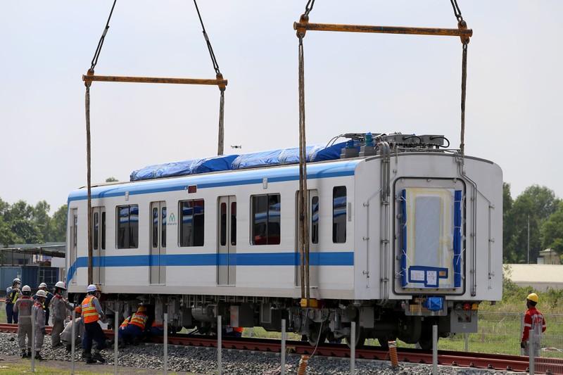 Đội nắng lắp đặt tàu metro lên đường ray tại depot Long Bình - ảnh 5