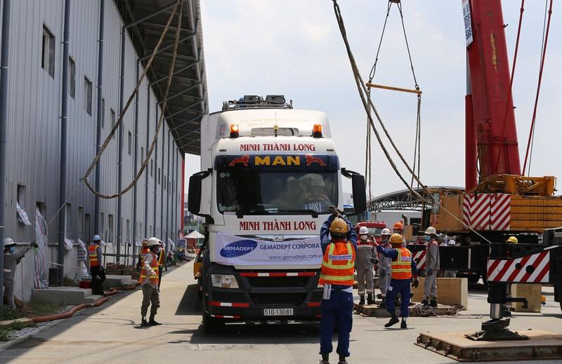 Đội nắng lắp đặt tàu metro lên đường ray tại depot Long Bình - ảnh 1