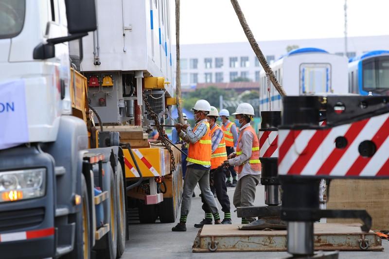 Đội nắng lắp đặt tàu metro lên đường ray tại depot Long Bình - ảnh 2
