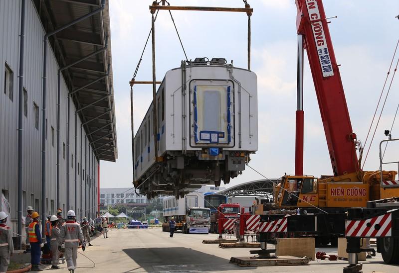 Đội nắng lắp đặt tàu metro lên đường ray tại depot Long Bình - ảnh 3