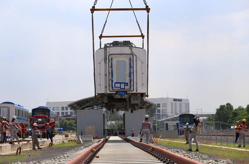 Đội nắng lắp đặt tàu metro lên đường ray tại depot Long Bình - ảnh 4