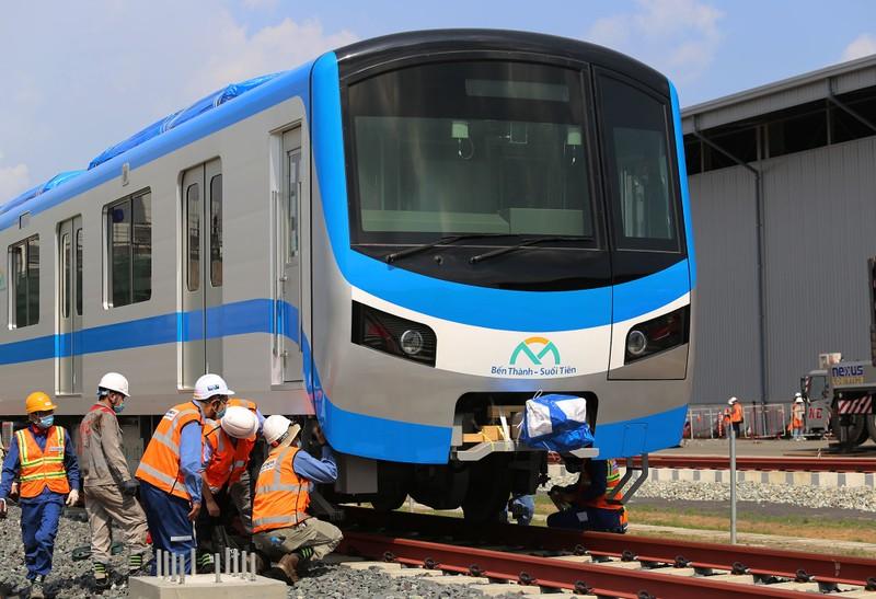 Đội nắng lắp đặt tàu metro lên đường ray tại depot Long Bình - ảnh 8