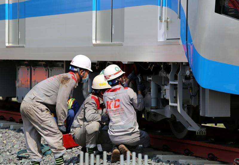 Đội nắng lắp đặt tàu metro lên đường ray tại depot Long Bình - ảnh 9