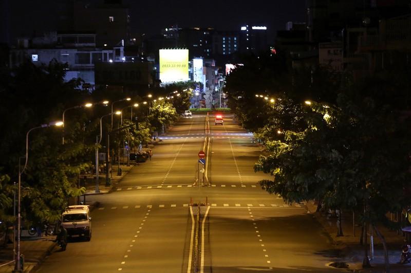 Hình ảnh đường phố TP.HCM sau 18 giờ vắng lặng  - ảnh 15