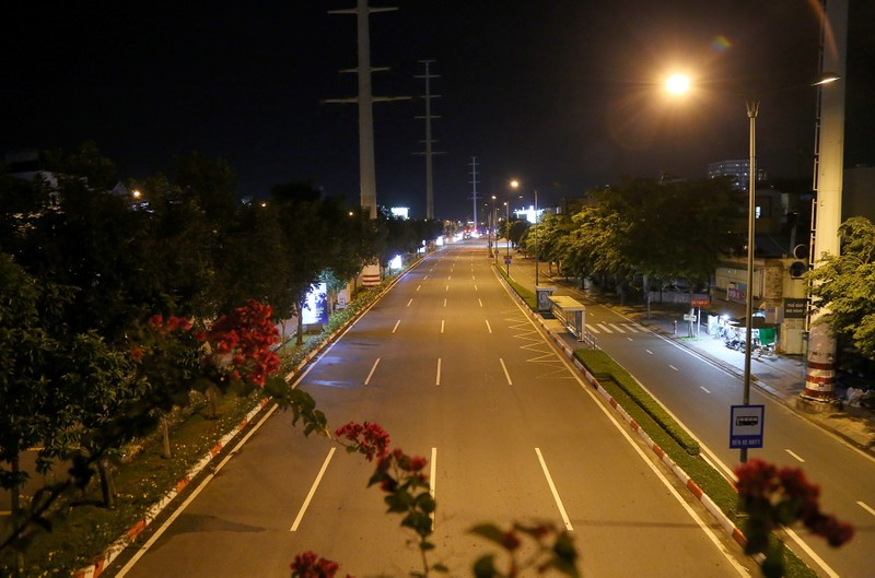 Hình ảnh đường phố TP.HCM sau 18 giờ vắng lặng  - ảnh 16