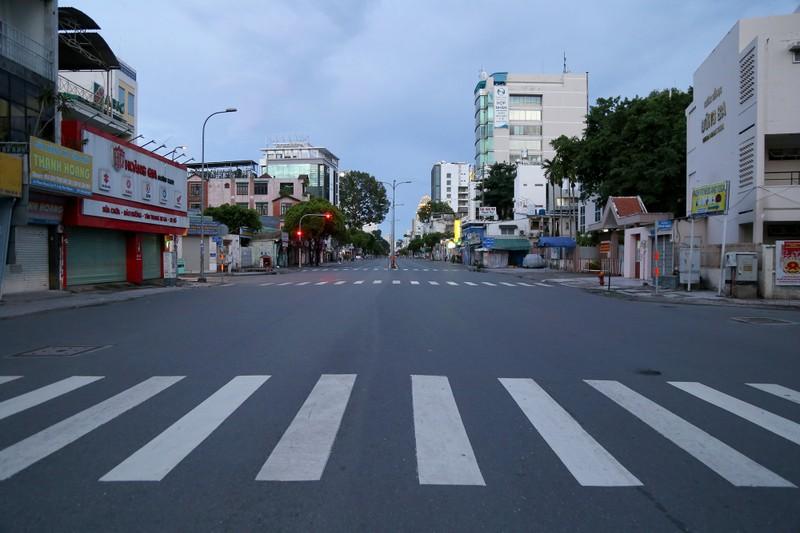 Hình ảnh đường phố TP.HCM sau 18 giờ vắng lặng  - ảnh 1