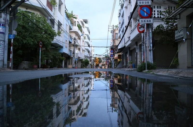 Hình ảnh đường phố TP.HCM sau 18 giờ vắng lặng  - ảnh 2