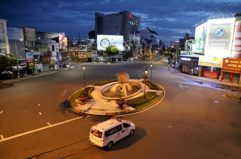 Hình ảnh đường phố TP.HCM sau 18 giờ vắng lặng  - ảnh 3