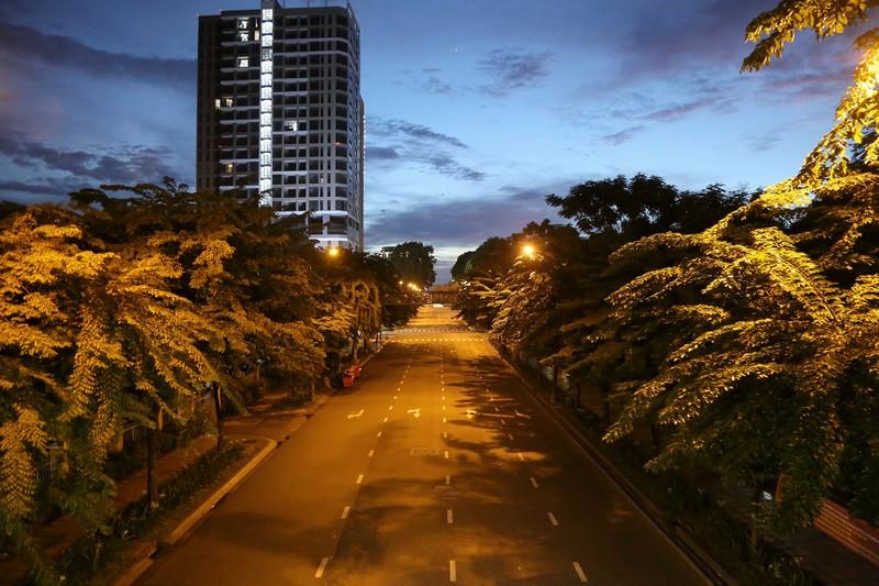 Hình ảnh đường phố TP.HCM sau 18 giờ vắng lặng  - ảnh 4
