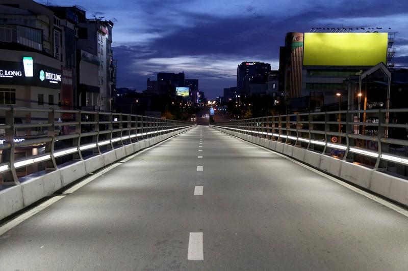 Hình ảnh đường phố TP.HCM sau 18 giờ vắng lặng  - ảnh 6