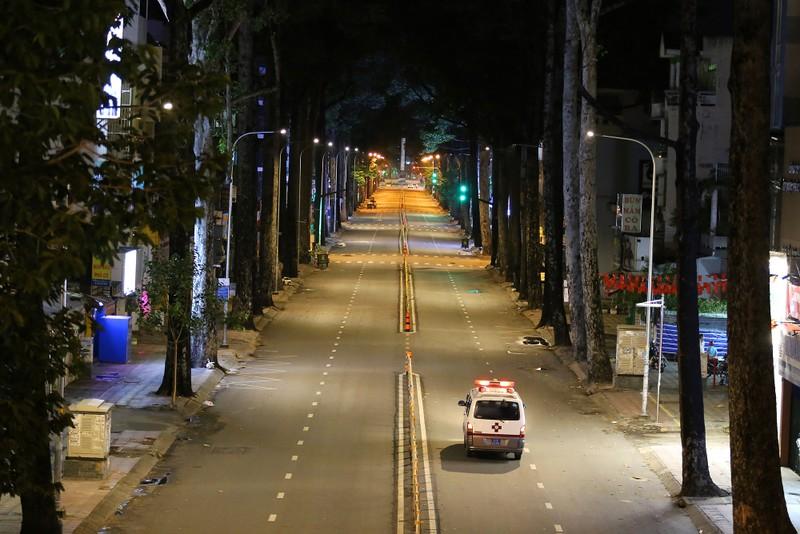 Hình ảnh đường phố TP.HCM sau 18 giờ vắng lặng  - ảnh 7