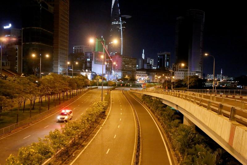 Hình ảnh đường phố TP.HCM sau 18 giờ vắng lặng  - ảnh 8