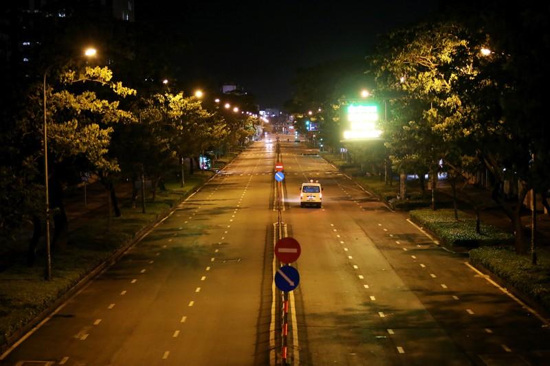 Hình ảnh đường phố TP.HCM sau 18 giờ vắng lặng  - ảnh 9