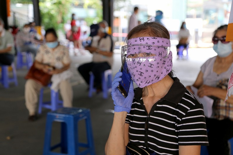 Người cao tuổi ở TP.HCM xúc động khi được tiêm vaccine phòng COVID-19 - ảnh 11