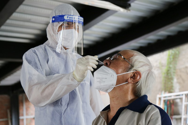 Người cao tuổi ở TP.HCM xúc động khi được tiêm vaccine phòng COVID-19 - ảnh 2