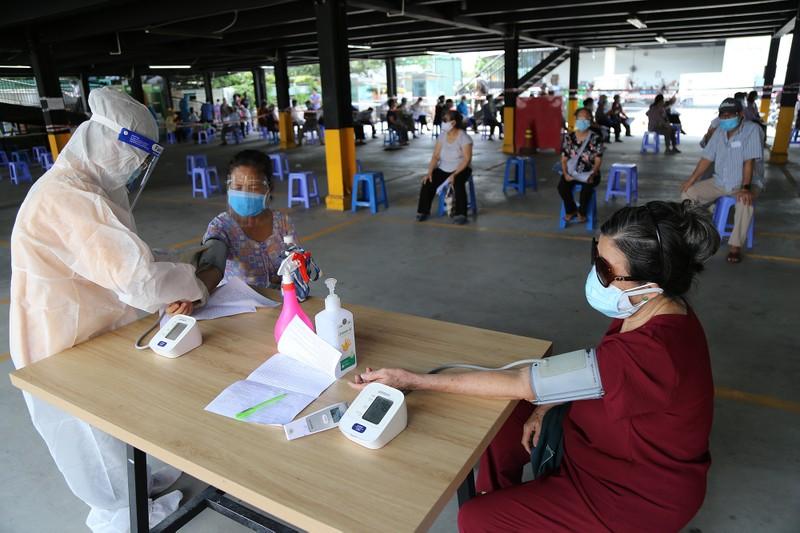 Người cao tuổi ở TP.HCM xúc động khi được tiêm vaccine phòng COVID-19 - ảnh 3