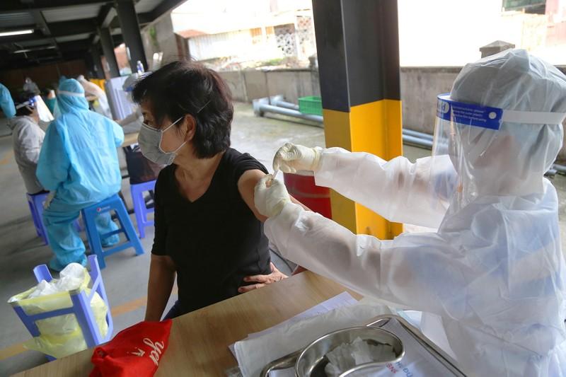 Người cao tuổi ở TP.HCM xúc động khi được tiêm vaccine phòng COVID-19 - ảnh 5