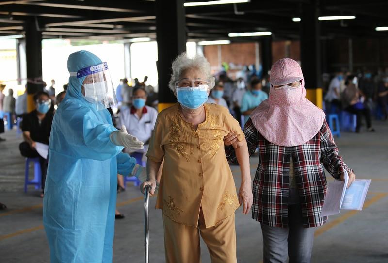 Người cao tuổi ở TP.HCM xúc động khi được tiêm vaccine phòng COVID-19 - ảnh 7