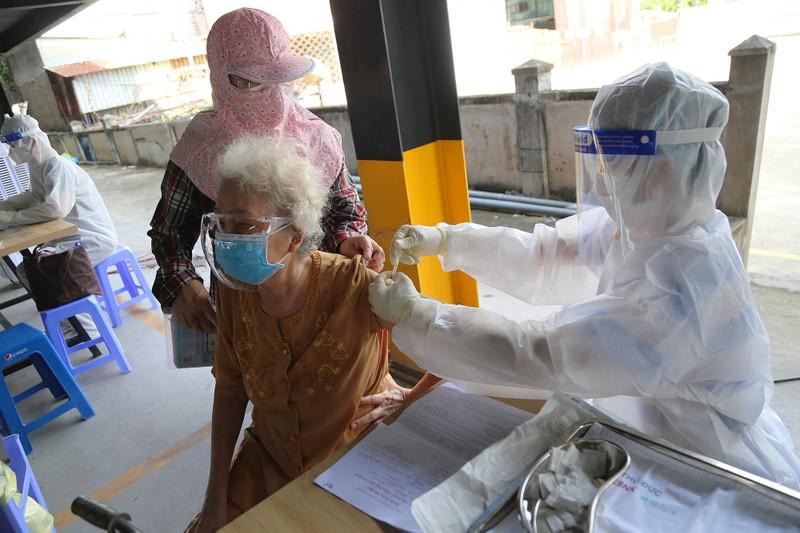 Người cao tuổi ở TP.HCM xúc động khi được tiêm vaccine phòng COVID-19 - ảnh 8