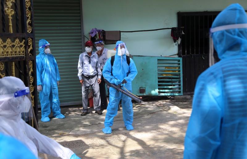 Người dân khu phong tỏa ở TP Thủ Đức mừng rỡ được tiêm vaccine phòng COVID - ảnh 11