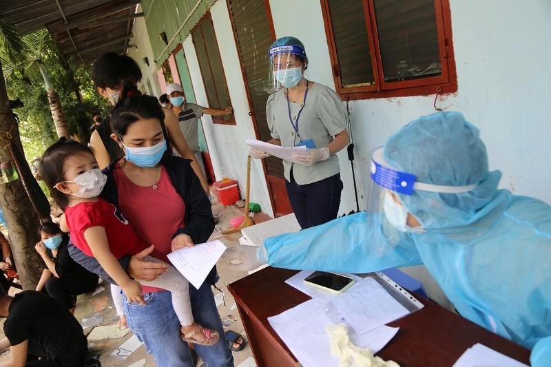 Người dân khu phong tỏa ở TP Thủ Đức mừng rỡ được tiêm vaccine phòng COVID - ảnh 12