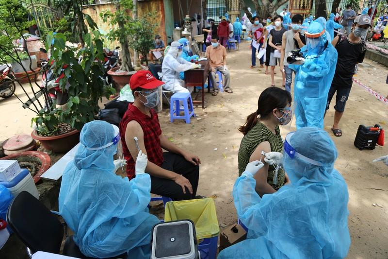 Người dân khu phong tỏa ở TP Thủ Đức mừng rỡ được tiêm vaccine phòng COVID - ảnh 1